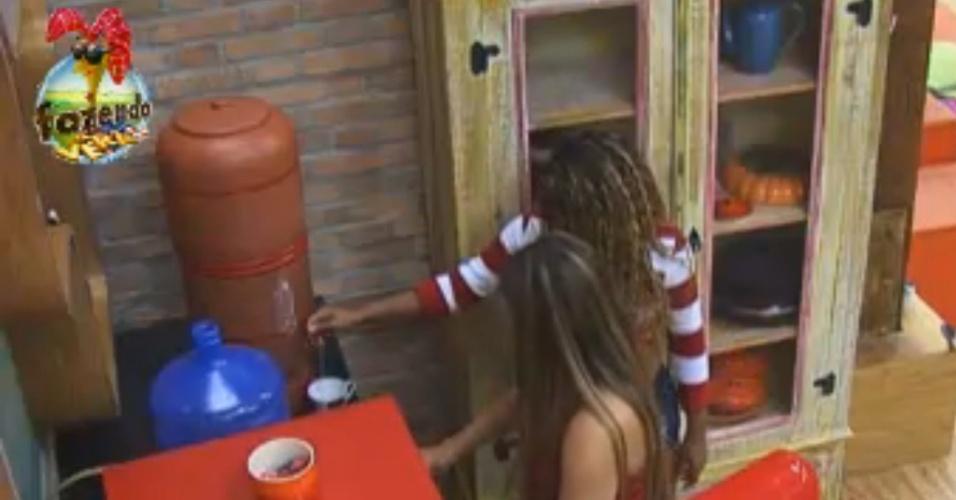 Manoella conversa com Karine e Natália na cozinha