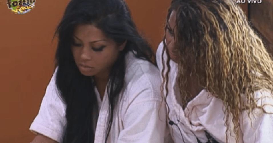 Karine e Natalia ficam em silêncio pensativas no quarto da sede