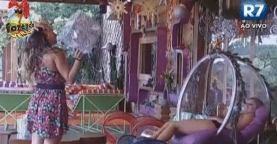 Angelis brinca com Manoella dizendo que é o presente de Natal da peoa