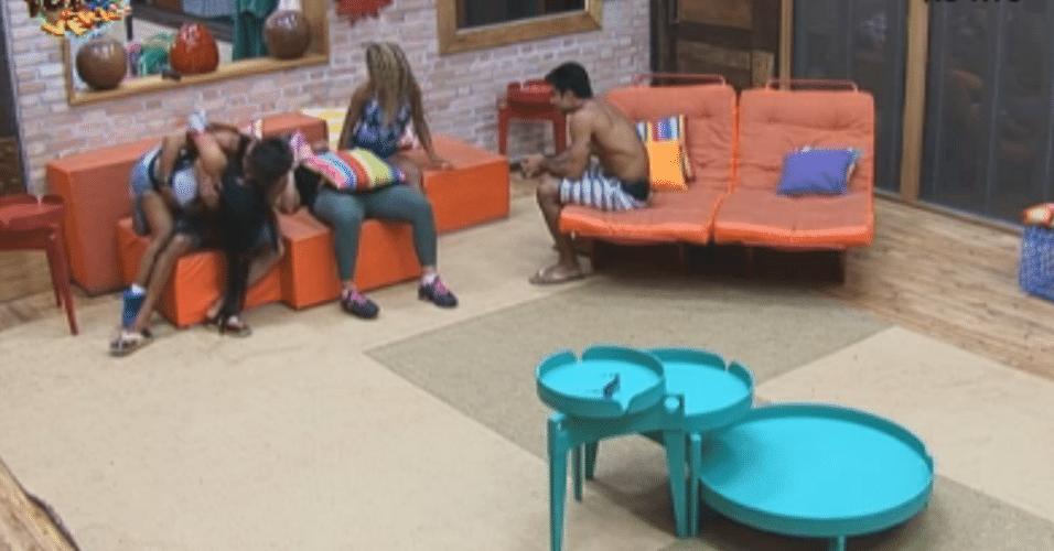 Dan e Karine ficam sem graça com troca de carícias entre Victor e Natalia