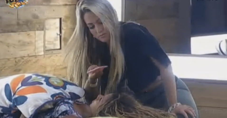 Ísis cuida da sobrancelha de Karine