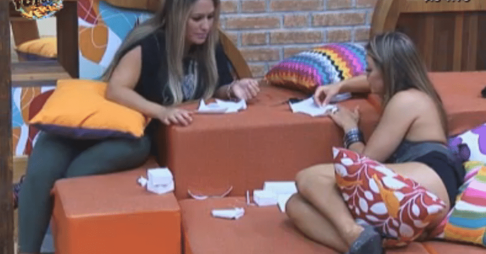 Ísis e Manoella tentam criar caixinhas de papel para presente
