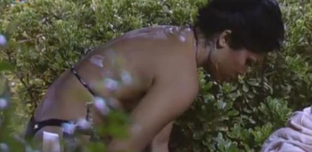 Natalia toma banho de caneca, peões estão sem água encanada por 66 horas