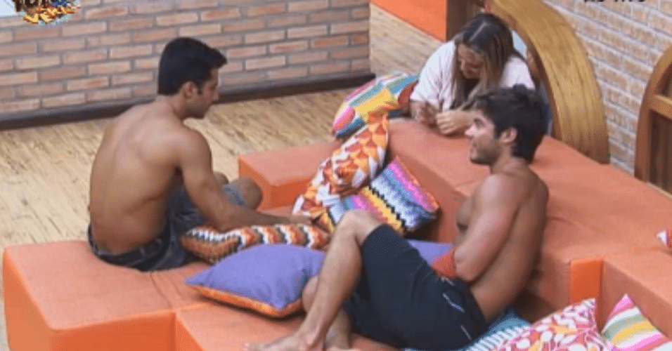 Victor, Ísis e Dan conversam sobre vida de modelo