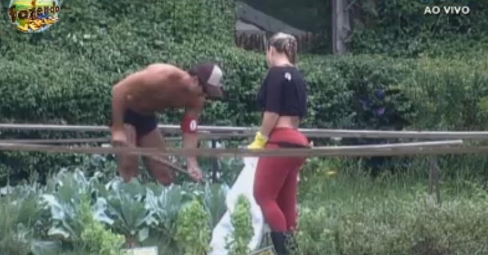 Dan ensina Ísis a cuidar da horta
