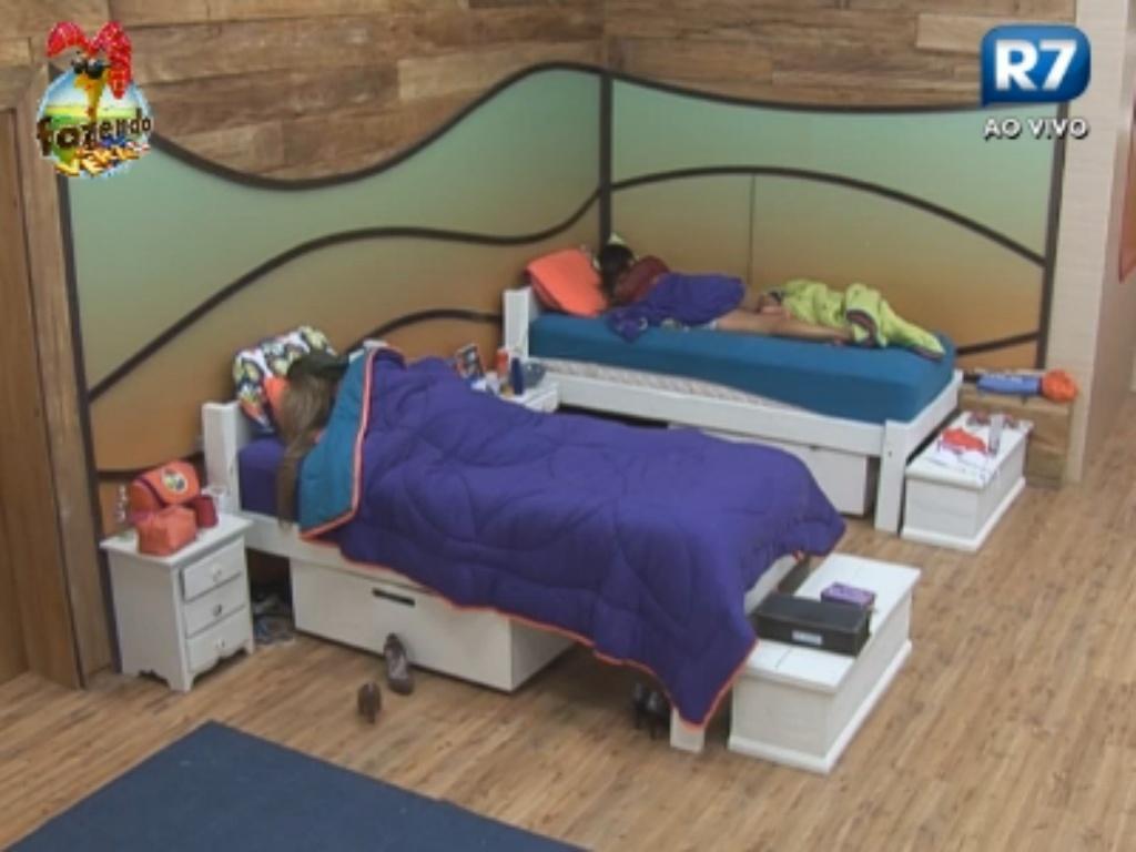 Angelis e Manoella dormem no quarto