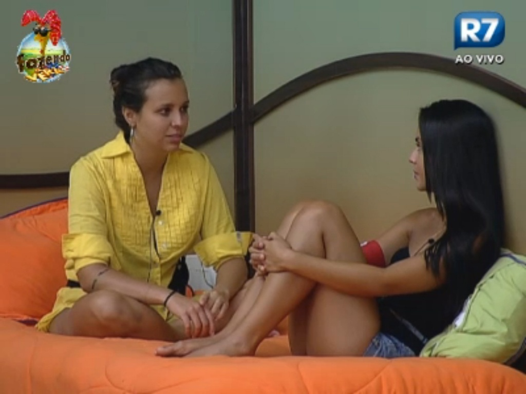 Angelis e Flávia conversam no quarto sobre estratégias de jogo