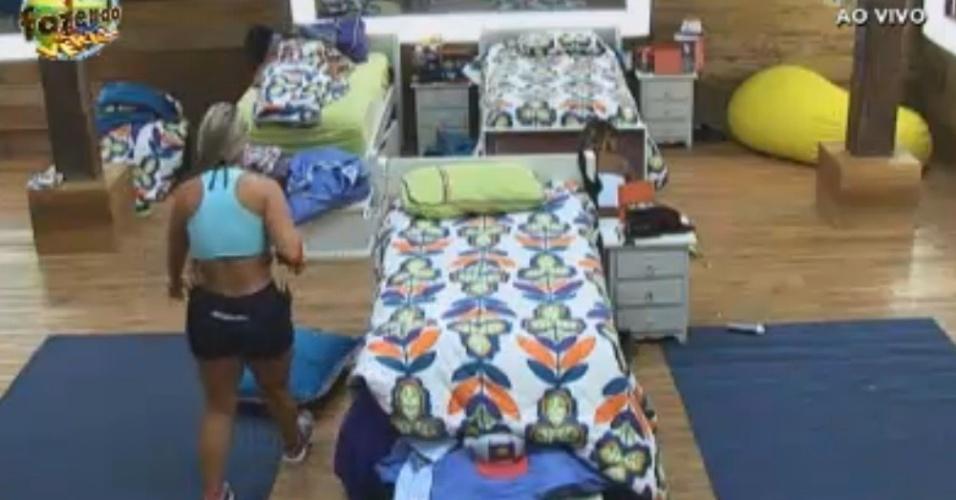 Ísis arruma as camas com a ajuda de Flávia