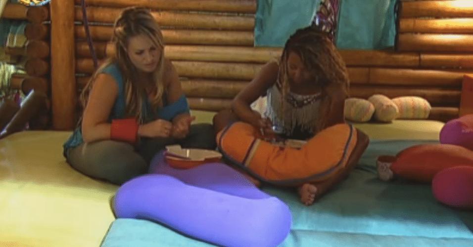 Karine e Ísis conversam sobre votação
