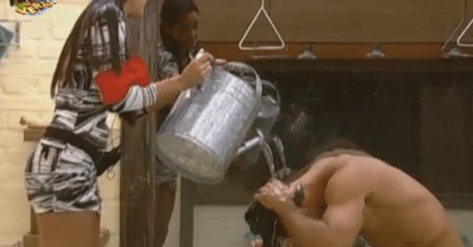 Flávia ajuda Dan durante o banho