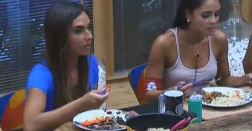 Nicole almoça ao lado de Flávia