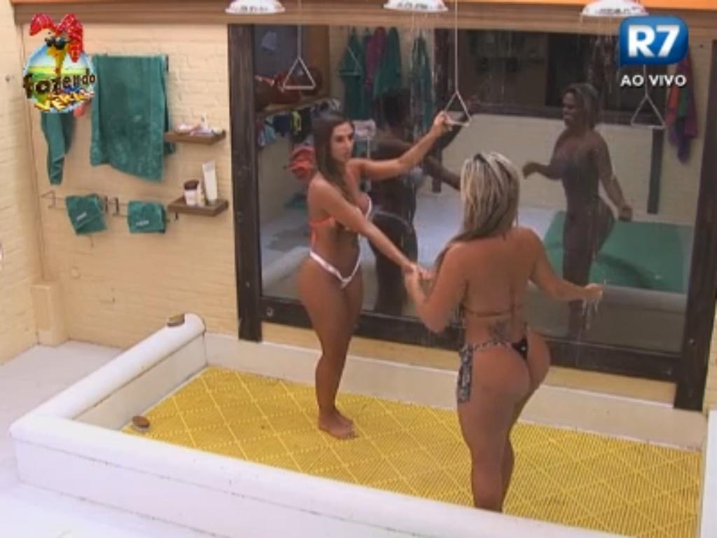 Nicole Bahls e Ísis tomam banho juntas