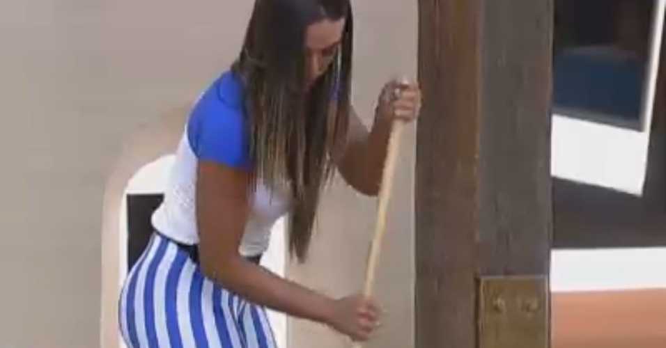 Nicole Bahls varre quarto da sede