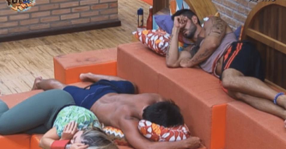 Após longo diálogo, Thyago, Ísis e Victor cochilam no sofá da sede