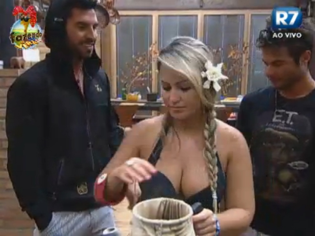 Victor e Thyago brincam enquanto Ísis prepara café