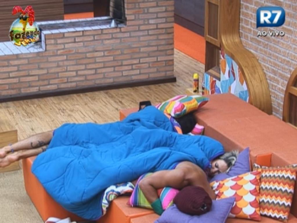 Victor, Thyago e Ísis dormem no sofá
