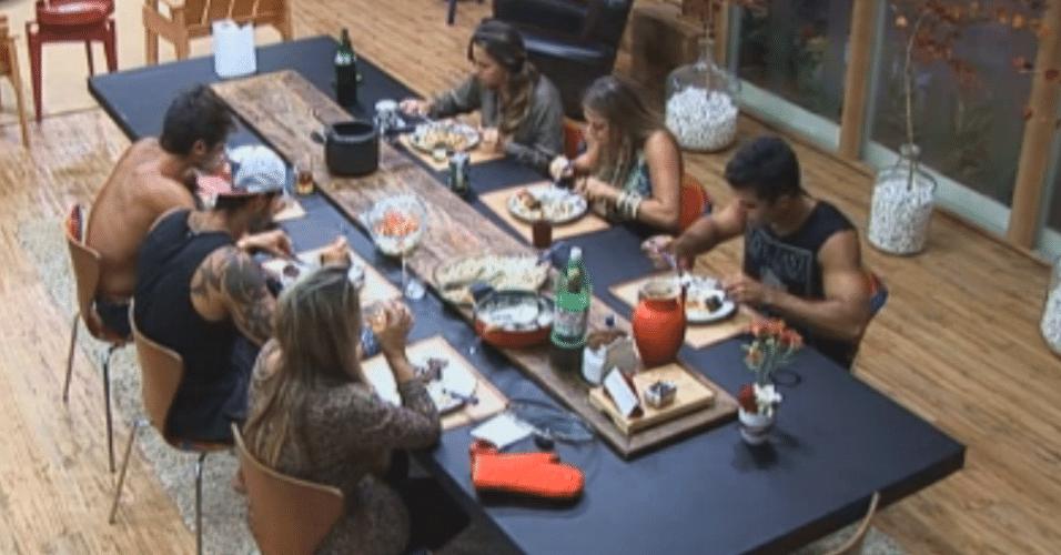 Peões jantam em silêncio na sede da