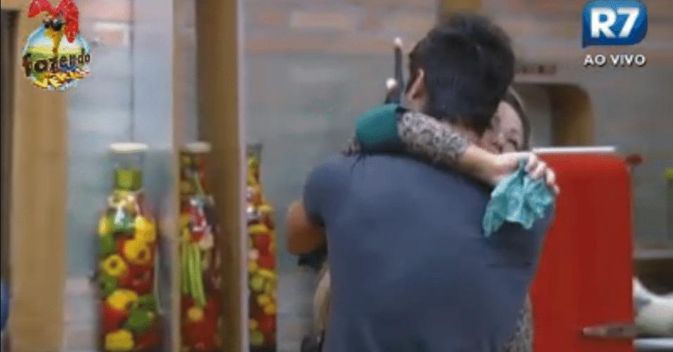 Victor dá abraço em Ísis