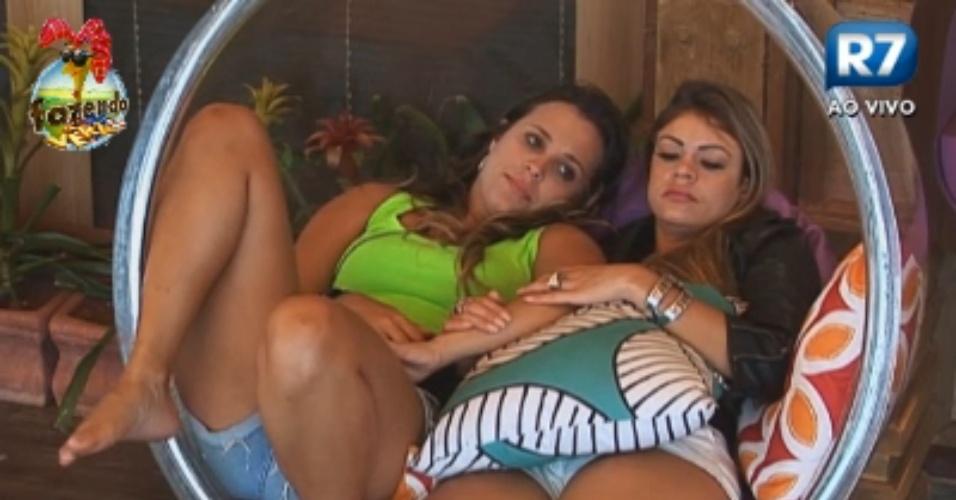 Angelis e Manoella conversam na varanda