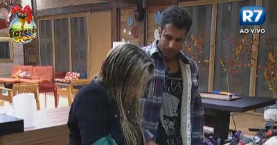 Dan ajuda Ísis com o coco na cozinha
