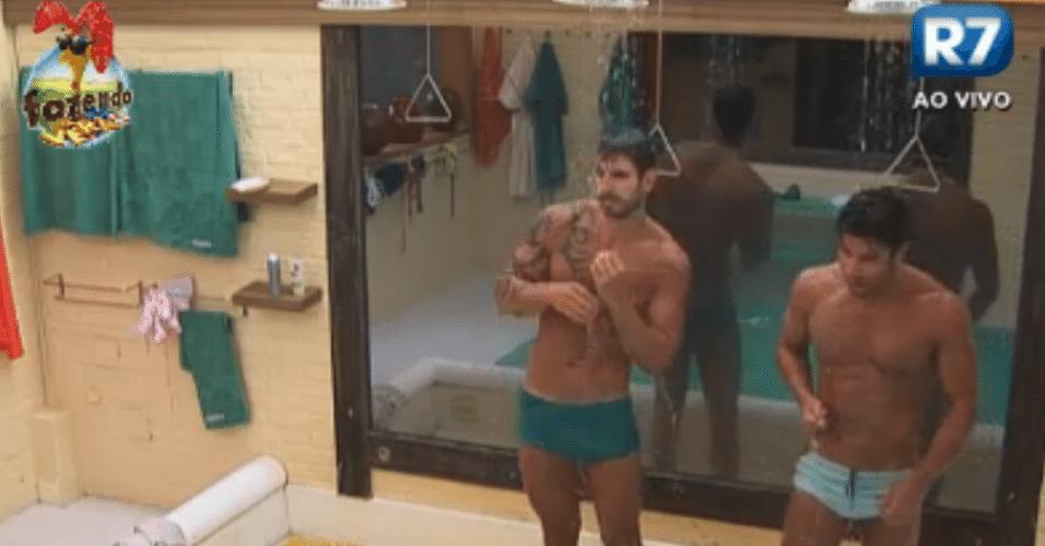 Depois do ofurô, Thyago e Victor tomam banho juntos