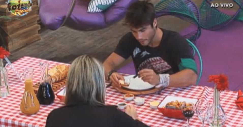 Ísis e Victor comem nhoque no jantar especial