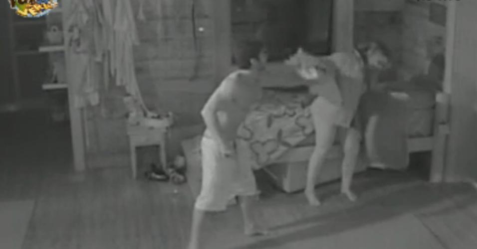 Victor e Ísis brincam de guerra de travesseiros durante a madrugada