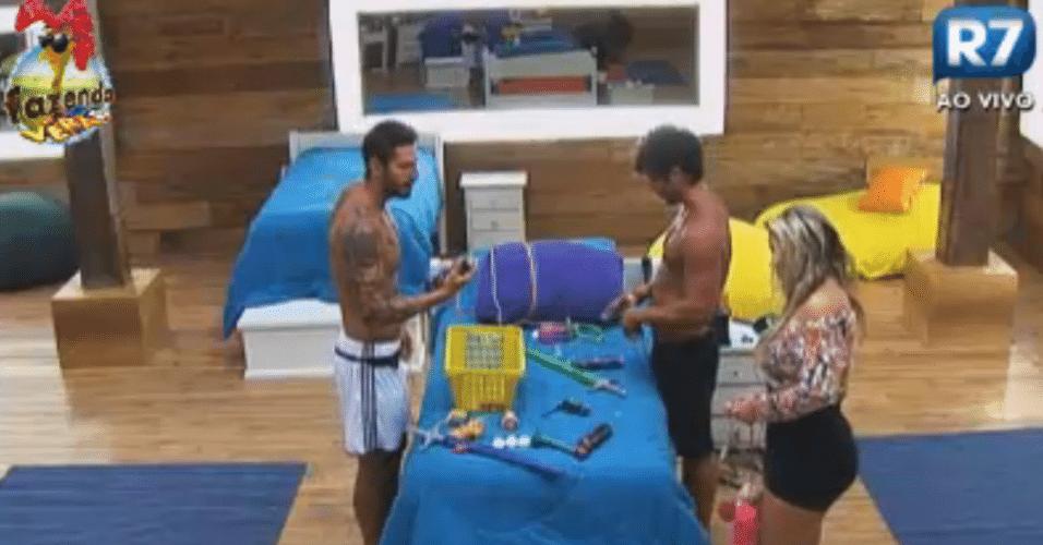 Thyago, Victor e Ísis mexem nos objetos de palhaço, para atividade do dia