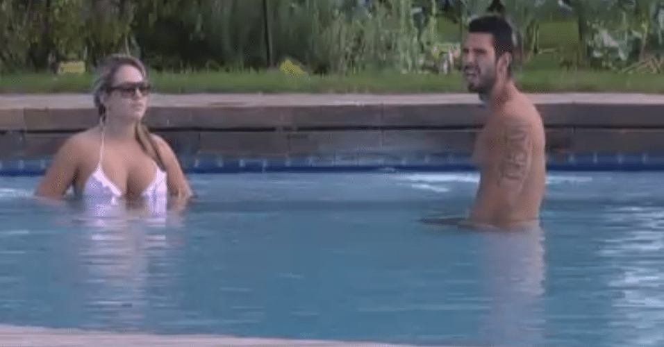 Ísis e Thyago aproveitam a piscina