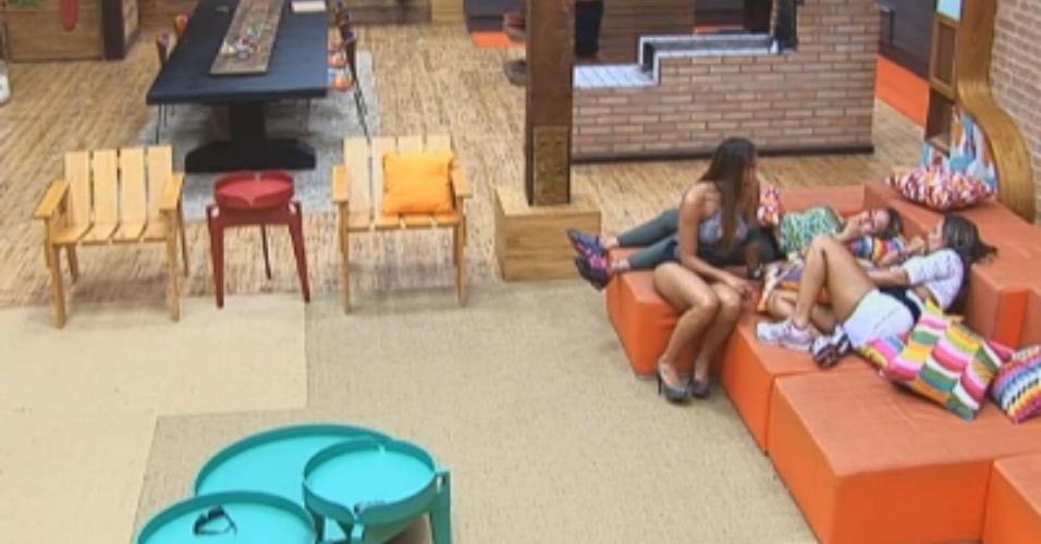 Angelis, Manoella e Ísis conversam no sofá