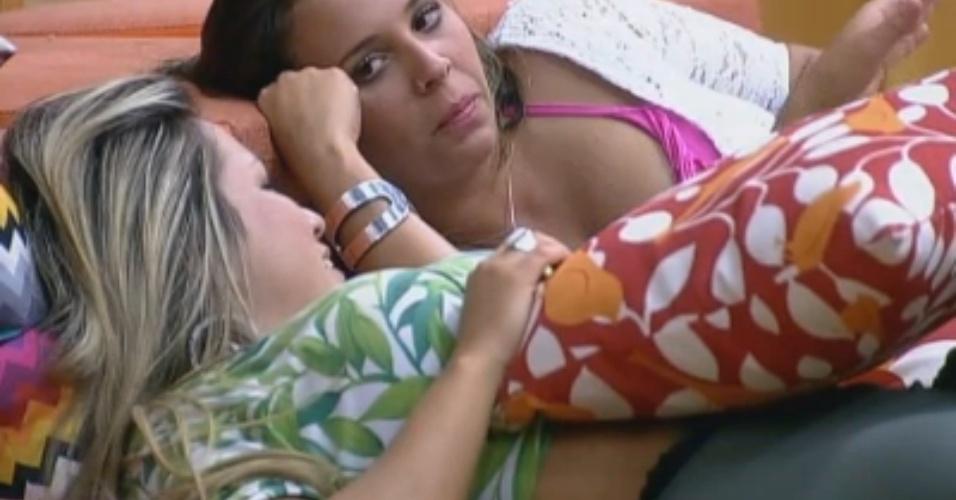 Ísis e Angelis conversam no sofá
