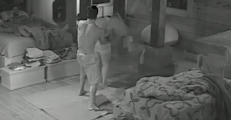 Ísis e Victor fazem guerra de travesseiros