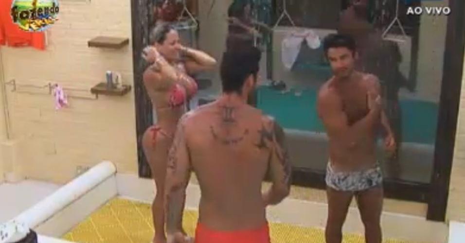 Peões tomam banho antes de confinamento