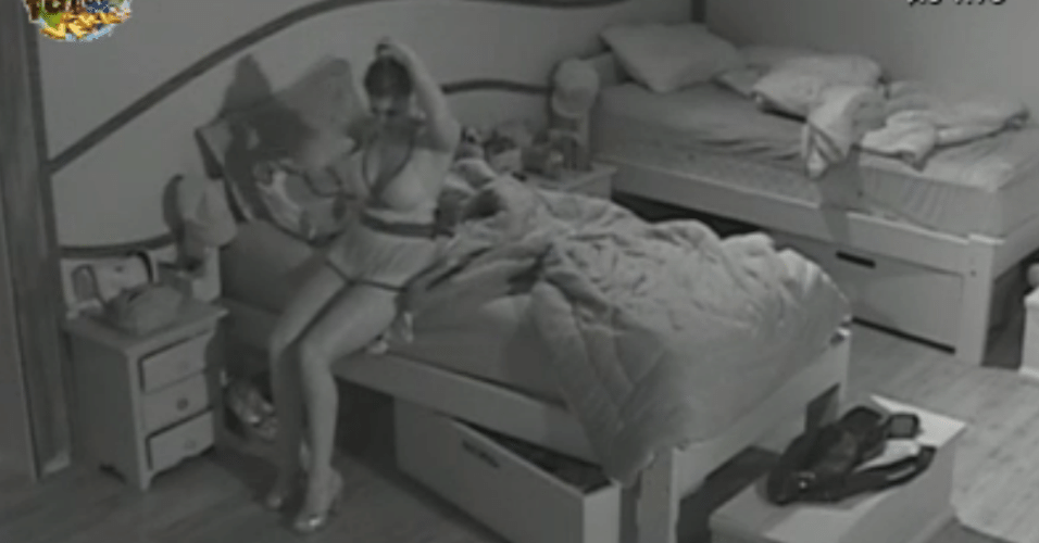 Manoella prende cabelo e Angelis sai do quarto