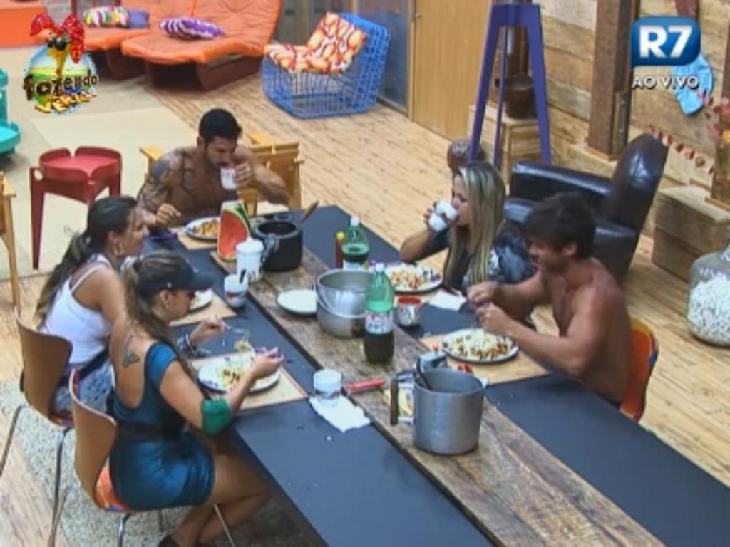 Peões almoçam tranquilamente