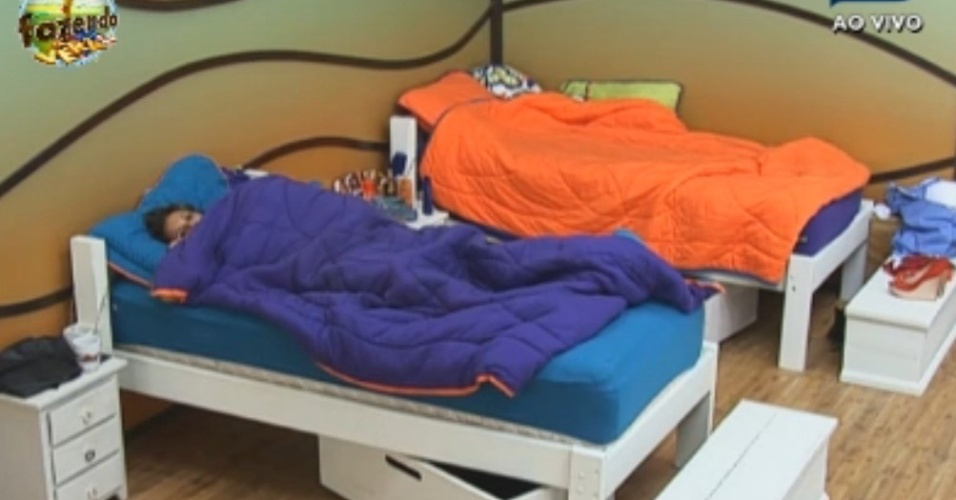 Angelis dorme na cama de Manoella