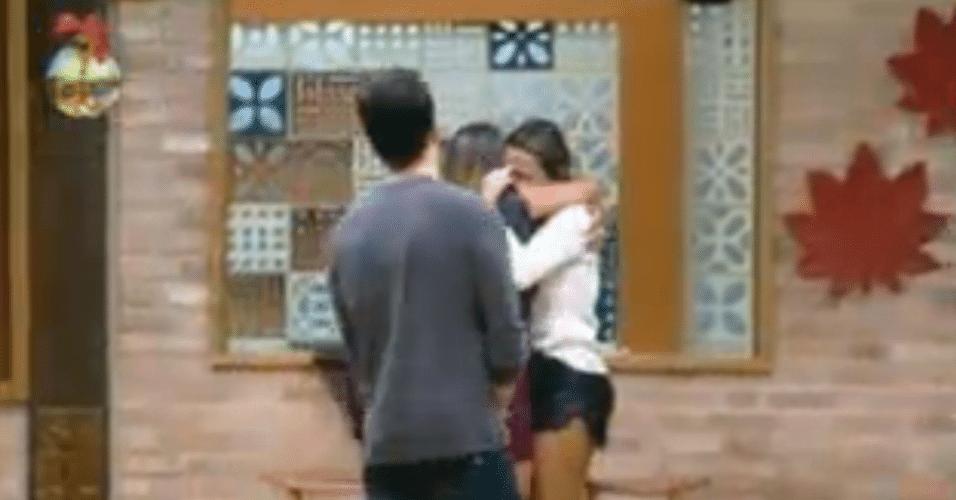 Calma, Manoella conforta Angelis e elas se despedem com abraço
