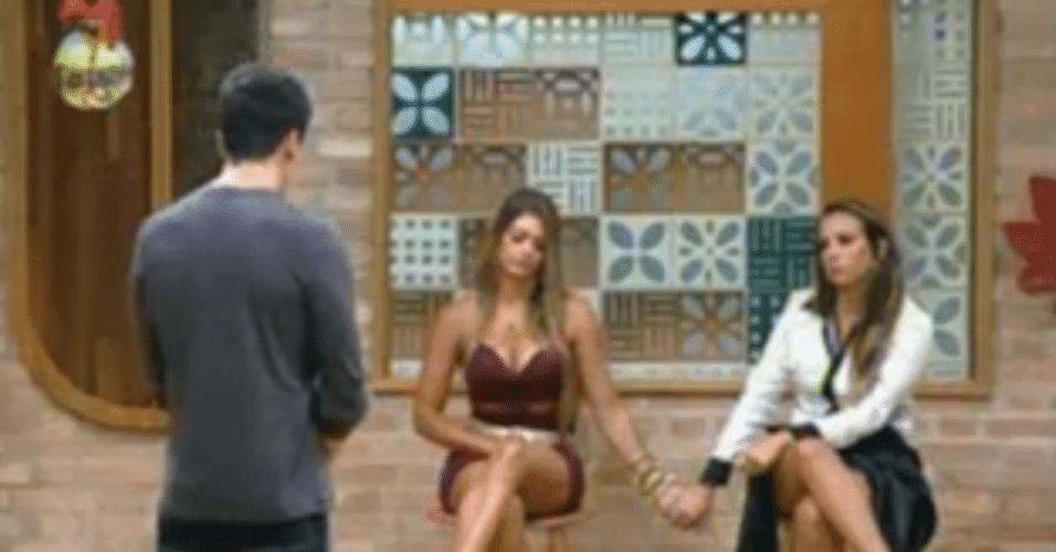 Em roça entre casal, Manoella e Angelis ouvem o resultado de mãos dadas