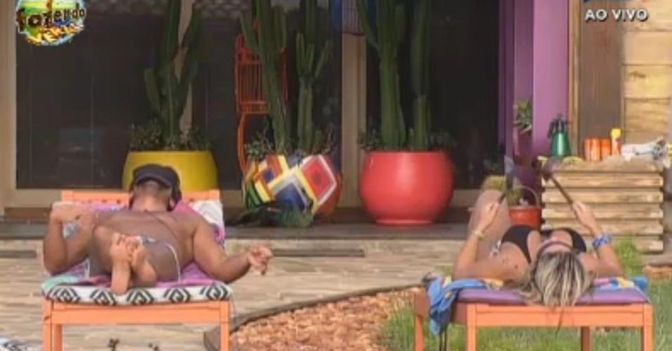 Victor e Ísis promovem cantoria e batucada à beira da piscina