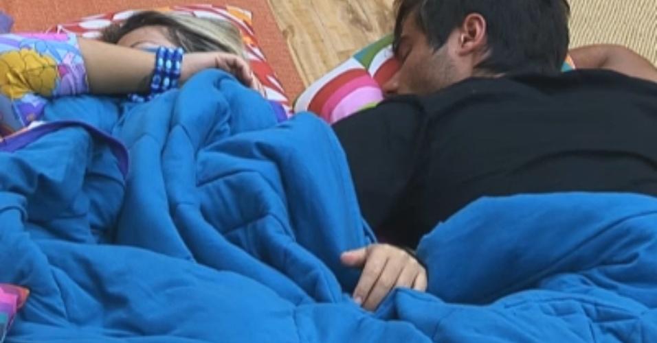 Ísis e Victor descansam na sala