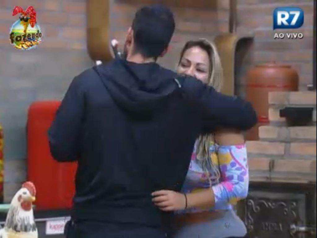 Thyago dá abraço em Ísis logo de manhã