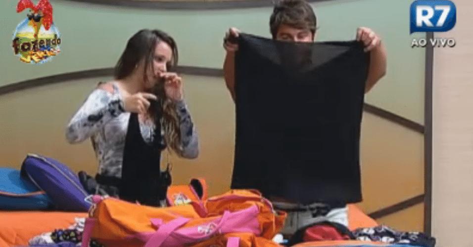 Angelis dá blusa para o Victor levar para a namorada