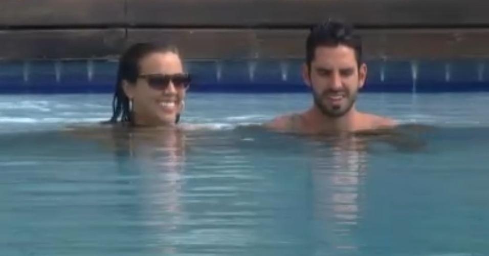 Angelis e Thyago cantam músicas na piscina