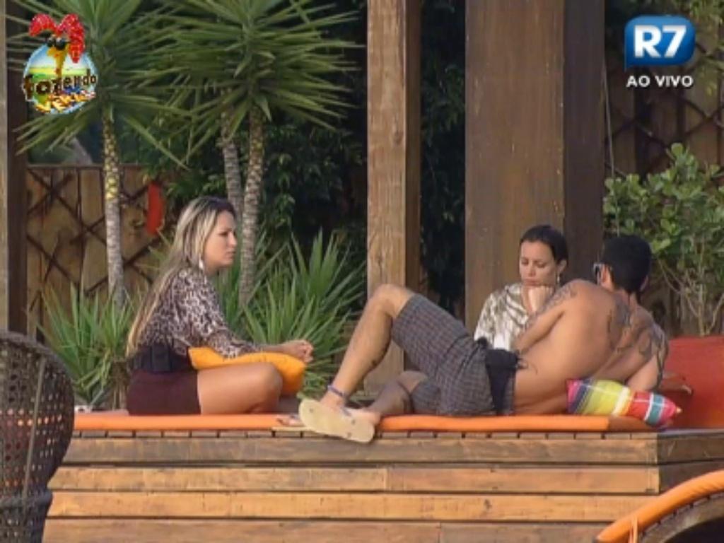 Ísis, Angelis e Thyago discutem durante final de tarde