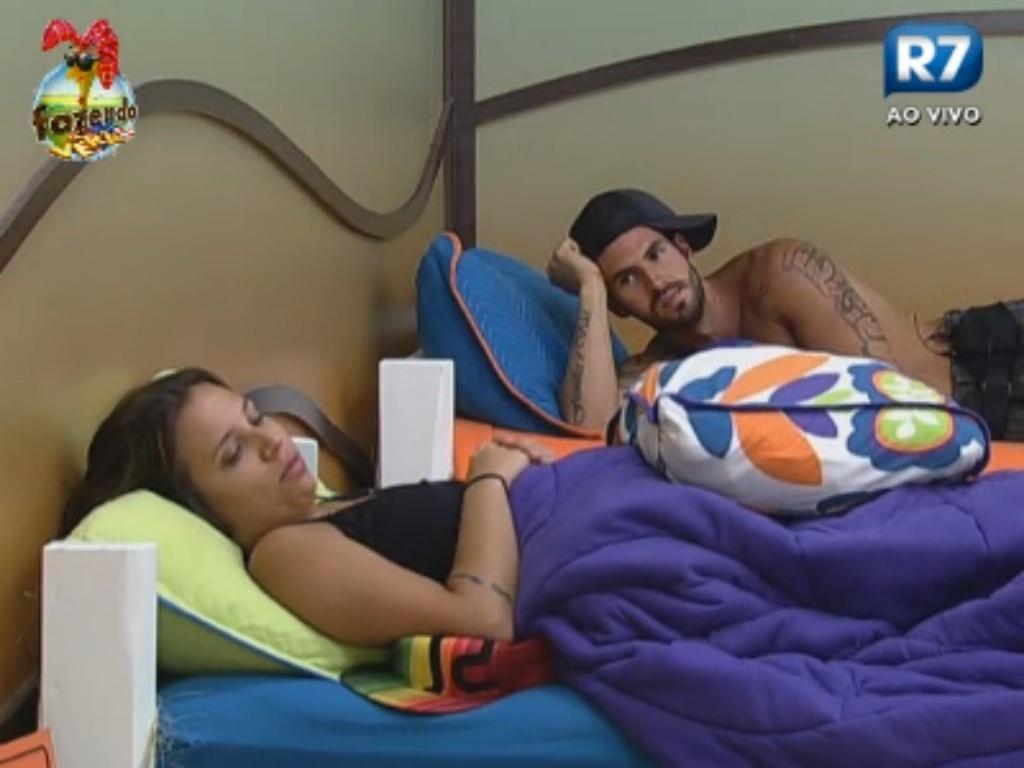 Angelis e Thyago dizem que Ísis está apaixonada por Karine