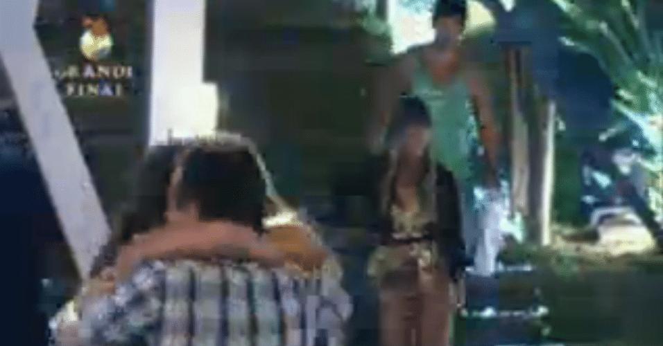 Emocionada, Angelis abraça os pais na final