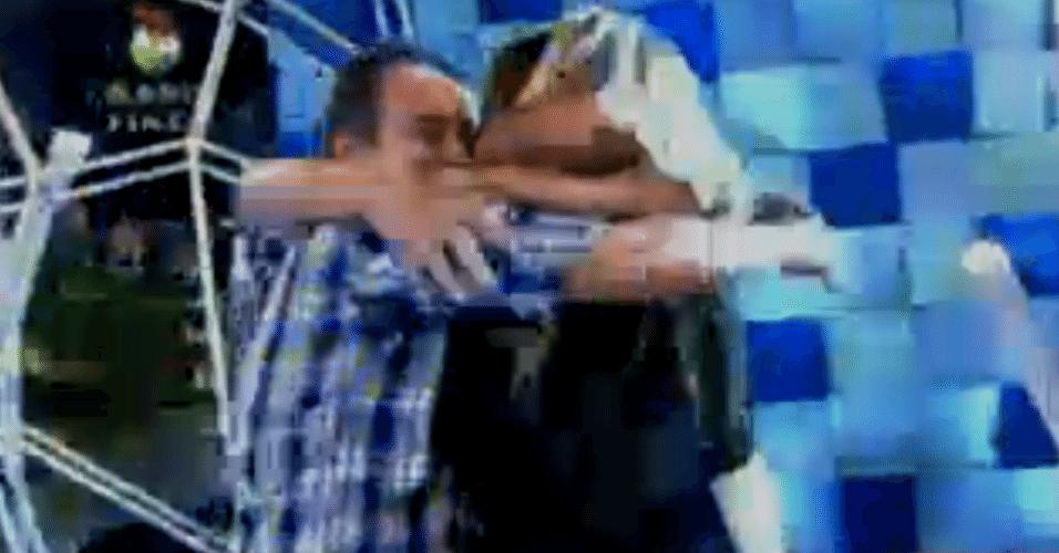Angelis e a família se abraçam depois do anúncio que ela é a nova milionária