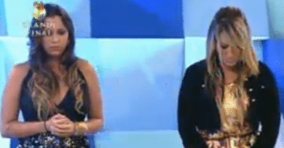 Angelis e Ísis ficam de pé para ouvir a notícia do vencedor da