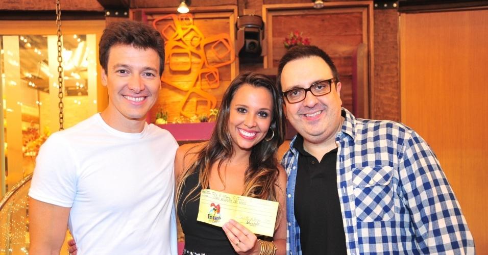 O apresentador Rodrigo Faro, a vencedora Angelis Borges e o diretor Rodrigo Carelli