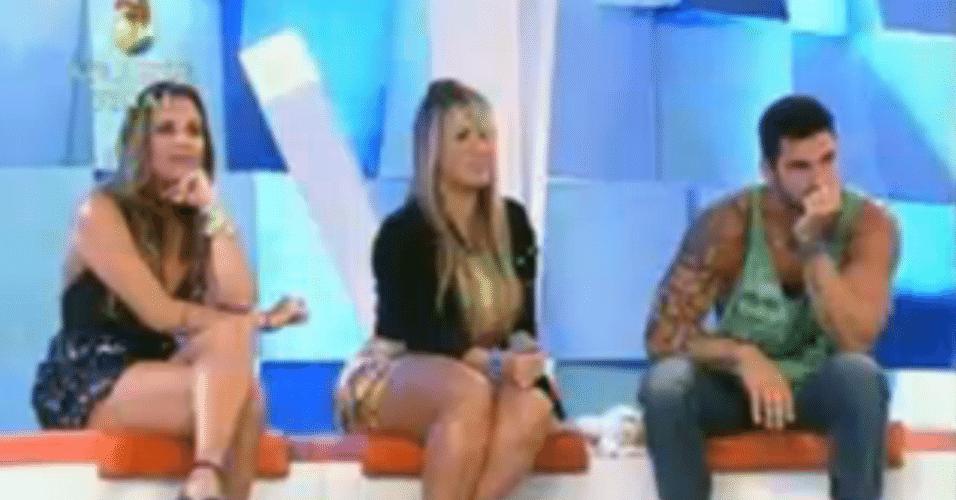 Peões finalistas assistem as gravações do reality show